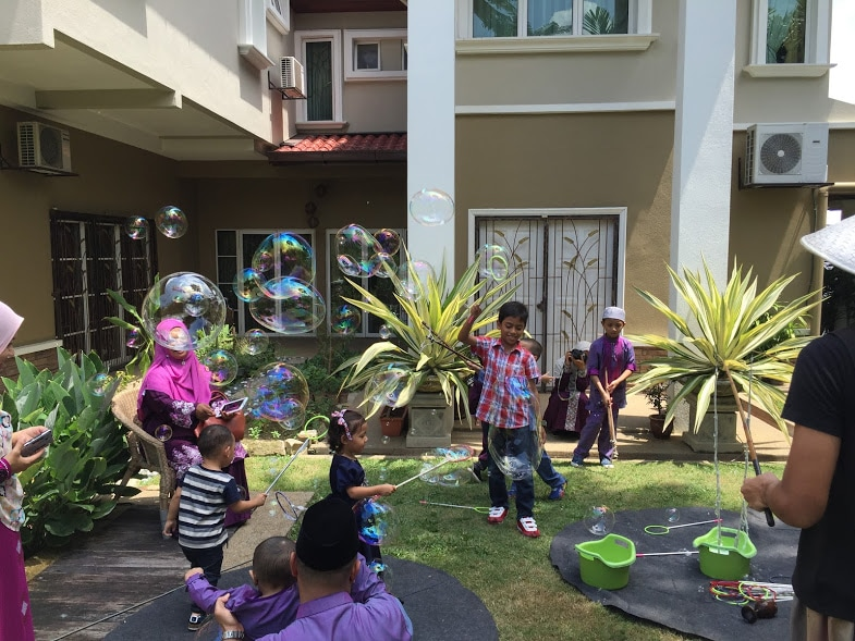 Party activity giant bubble play
